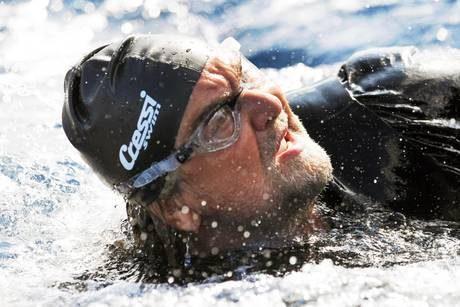 Parte con una nuotata la campagna elettorale di Beppe Grillo!