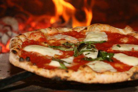 La pizza è il piatto in assoluto che regala felicità.