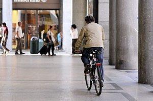 Torino sui marciapiedi a tutta velocità in bicicletta. di Savino Giacomo Guarino