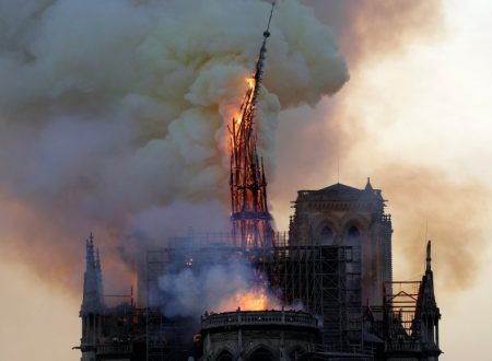 Notre-Dame de Paris, divorata dal fuoco.