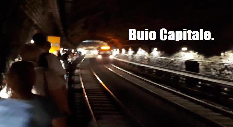 Buio Capitale. Caos metro, passeggeri a piedi in galleria per guasto. Al buio fermata Termini.