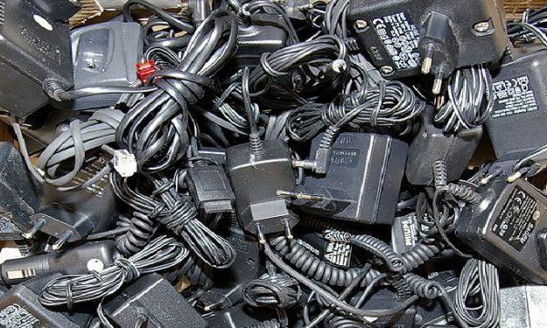 UE: caricabatterie unico per i telefoni cellulari.