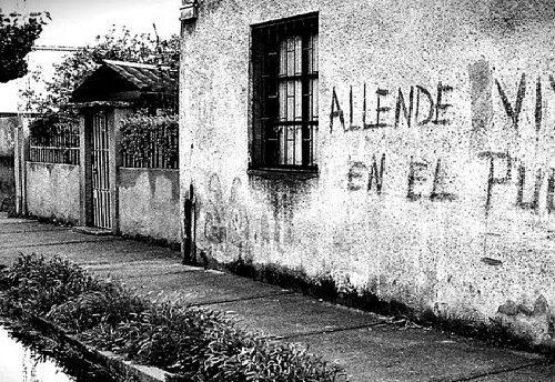 """Un """"Lungo petalo di mare"""" per non dimenticare gli orrori subiti dal popolo spagnolo e cileno."""