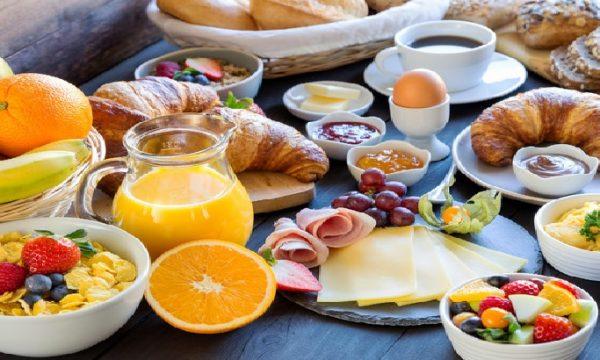 Una ricca colazione e una cena parca migliora il metabolismo e brucia i chili di troppo.