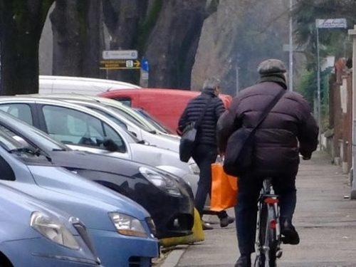 Marciapiedi sempre più pericolosi a causa dei 'ciclisti'.