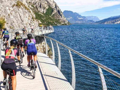 Garda by Bike, la pista ciclabile più bella d'Italia, dopo quelle di Virginia Raggi a Roma, s'intende!