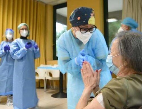 Vaccino, sì alla terza dose. Priorità a fragili ed anziani.